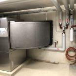 Luft/Wasser Wärmepumpe innen aufgestellt, 2-stufig.